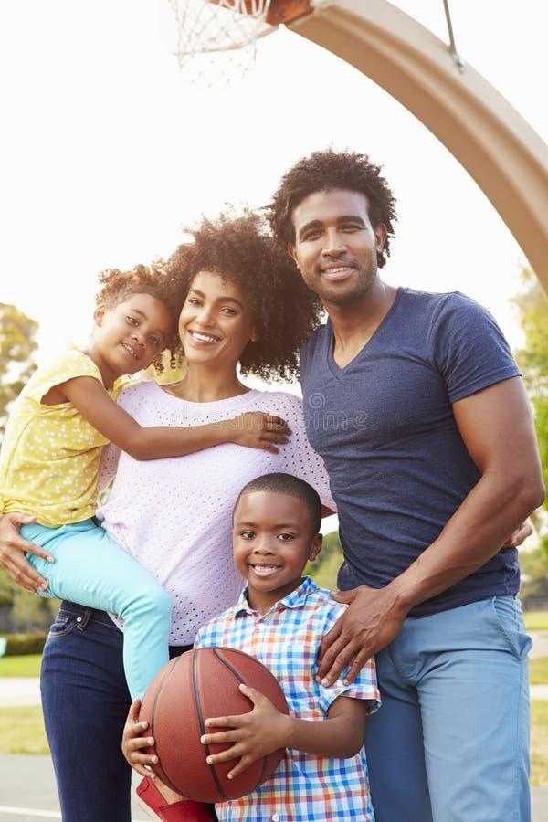 Família que joga o basquetebol junto foto de stock