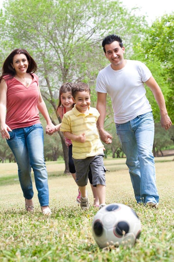 Família que joga o futebol e que tem o divertimento imagem de stock