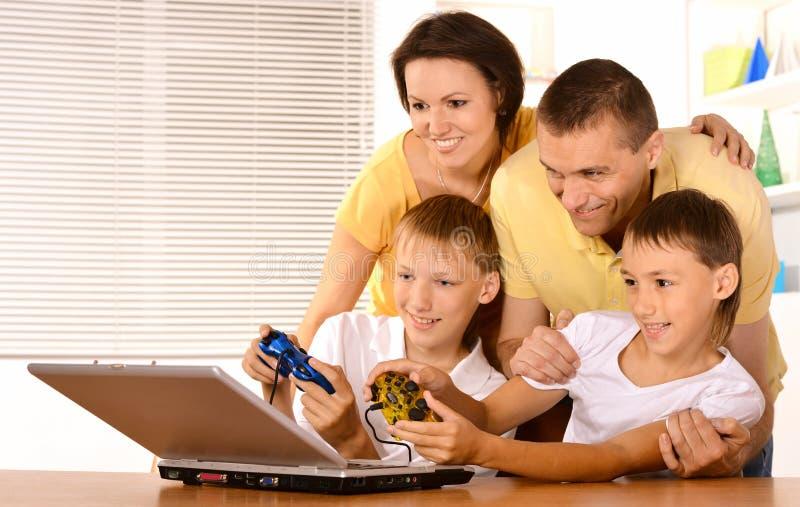 Família que joga os jogos video fotografia de stock