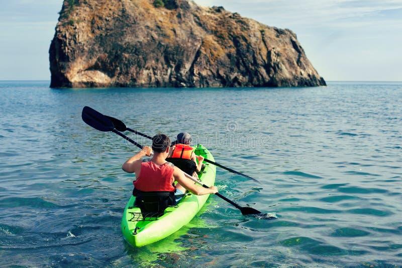 Família que kayaking, conceito Kayaking fotografia de stock