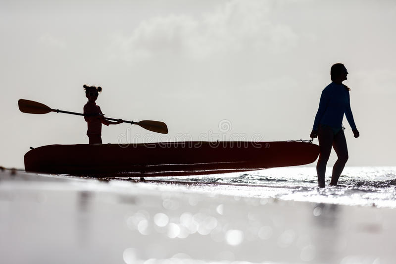 Família que kayaking no por do sol imagens de stock royalty free