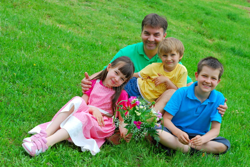 Família que levanta no gramado fotos de stock