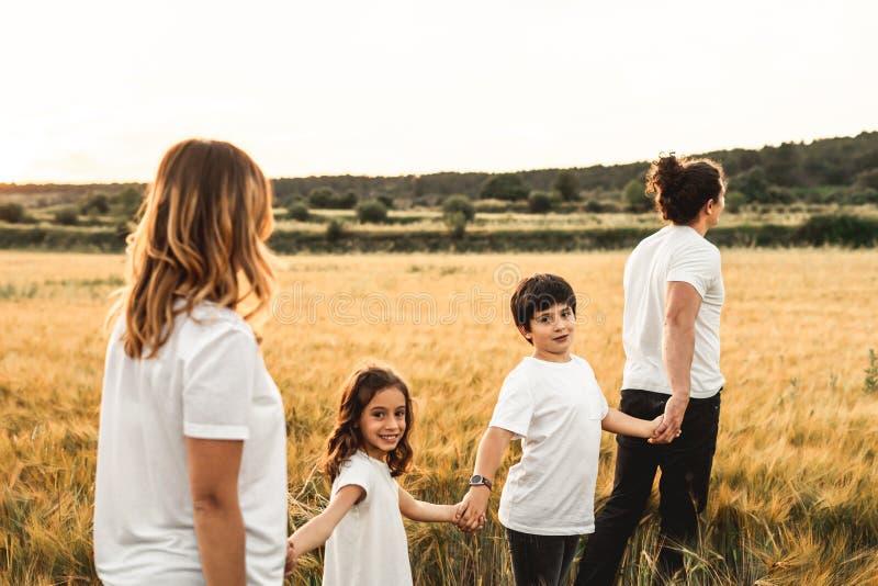 Família que mantém as mãos no campo felizes fotografia de stock royalty free