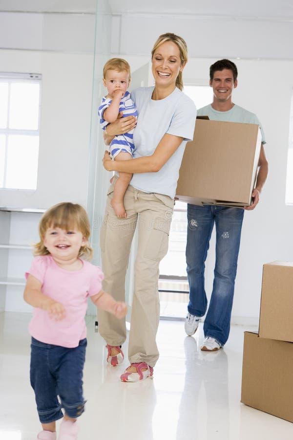 Família que move-se dentro fotografia de stock