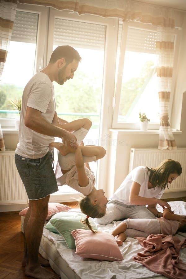 Família que passa o tempo livre em casa fotos de stock royalty free