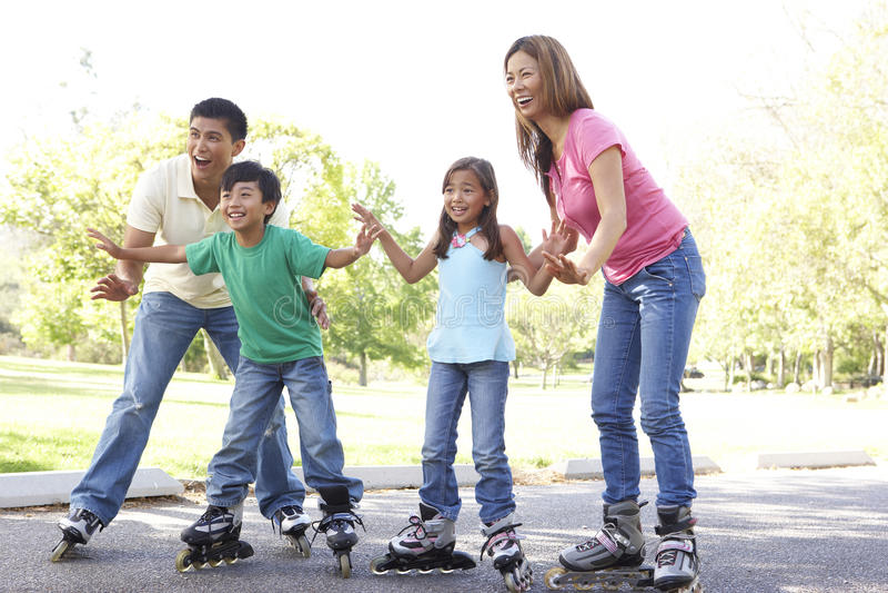 Família que patina no parque