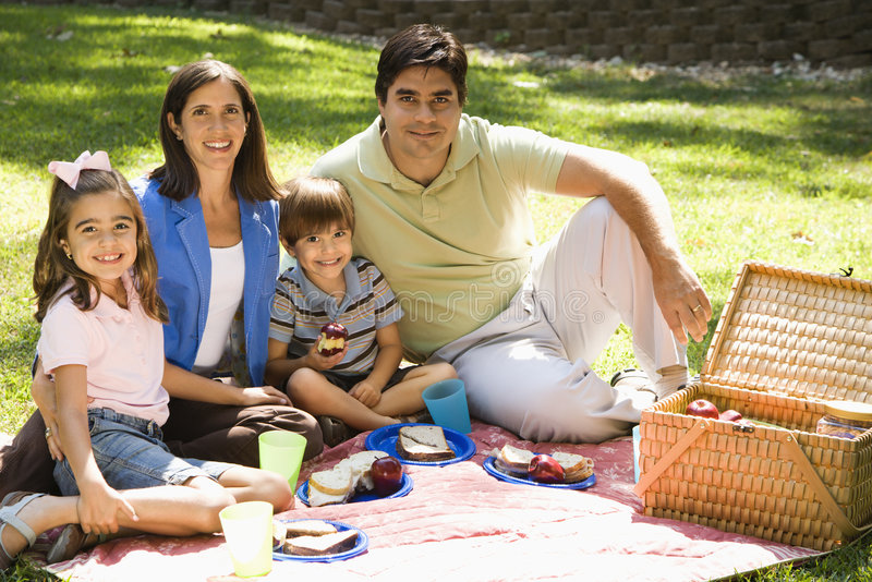 Família que picnicing. foto de stock royalty free