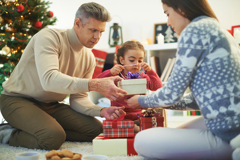 Família que prepara presentes foto de stock royalty free