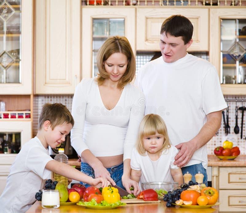 Família que prepara a salada imagens de stock