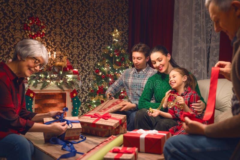 Família que prepara-se para o feriado imagem de stock