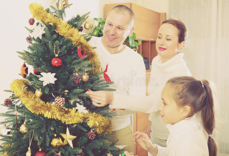 Família que prepara-se para o Natal imagem de stock