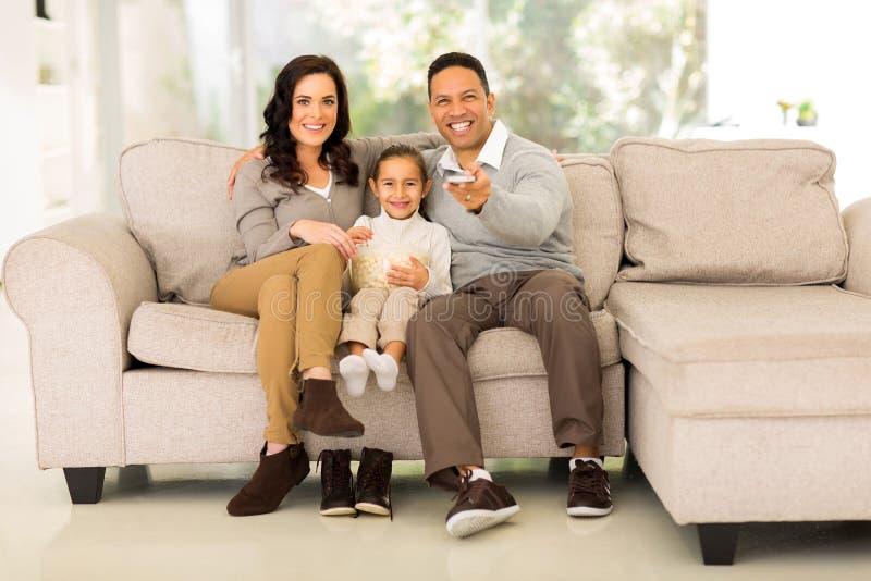 Família que presta atenção à tevê fotografia de stock