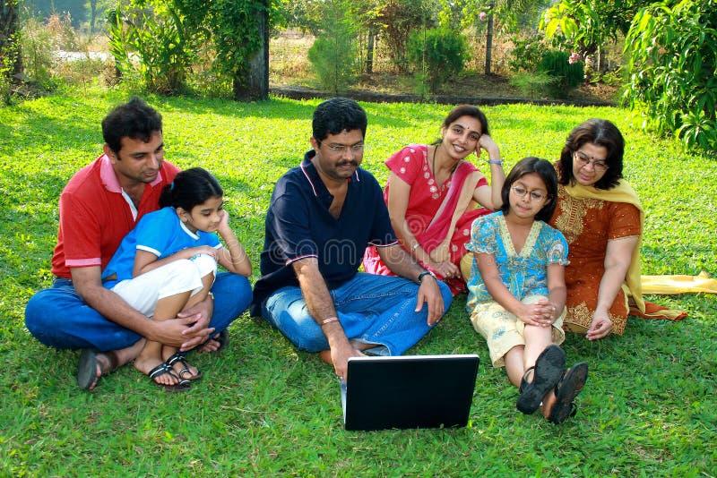 Família que presta atenção ao portátil. imagem de stock