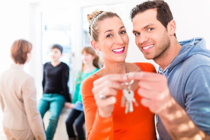 Família que recebem em casa ou chave da casa imagem de stock