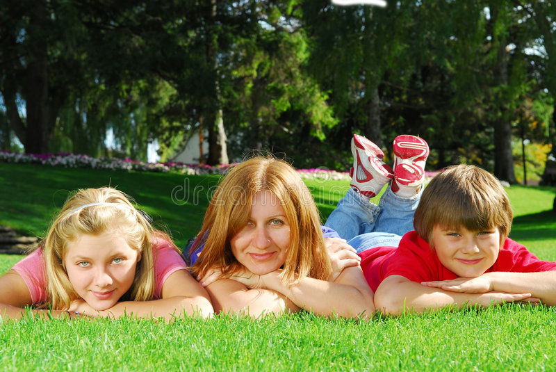 Família que relaxa imagens de stock royalty free