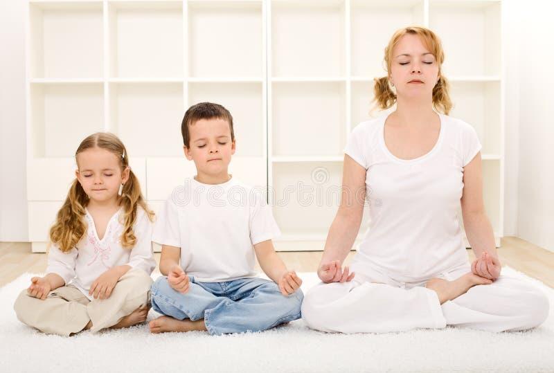 Família que relaxa com ioga