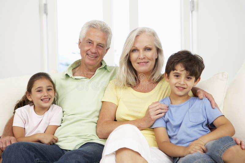 Família que relaxa em Sofa At Home Together fotos de stock royalty free