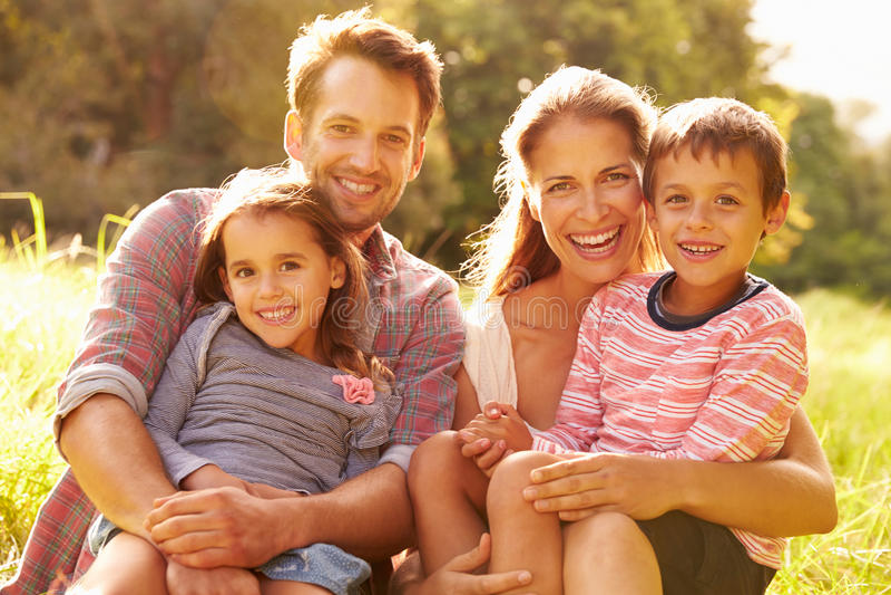 Família que relaxa junto fora foto de stock royalty free