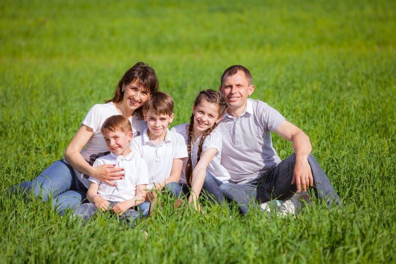 Família que relaxa no campo fotografia de stock royalty free