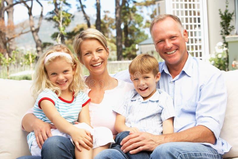 Família que relaxa no jardim imagens de stock royalty free