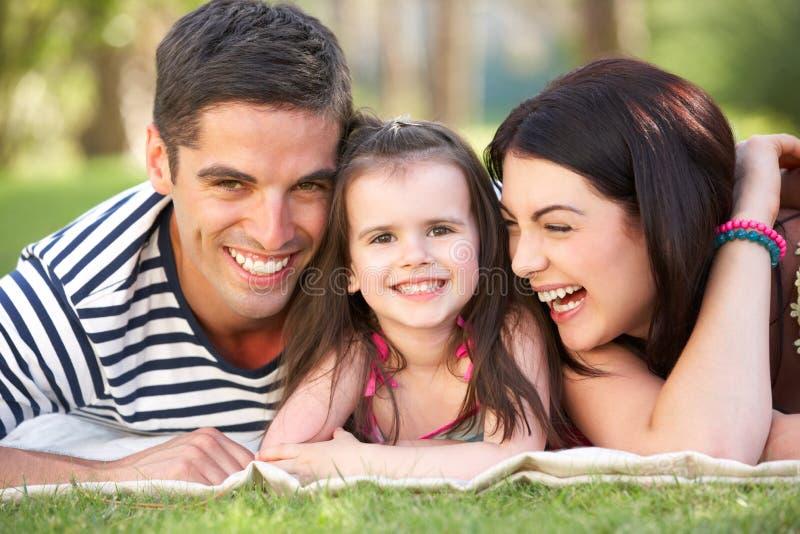 Família que relaxa no jardim do verão fotos de stock royalty free