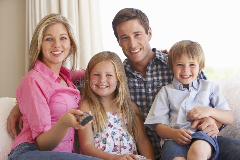Família que relaxa no sofá em casa foto de stock