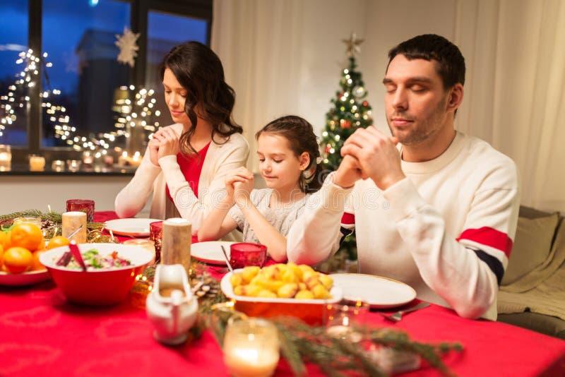 Família que reza antes da refeição no jantar de Natal imagens de stock royalty free