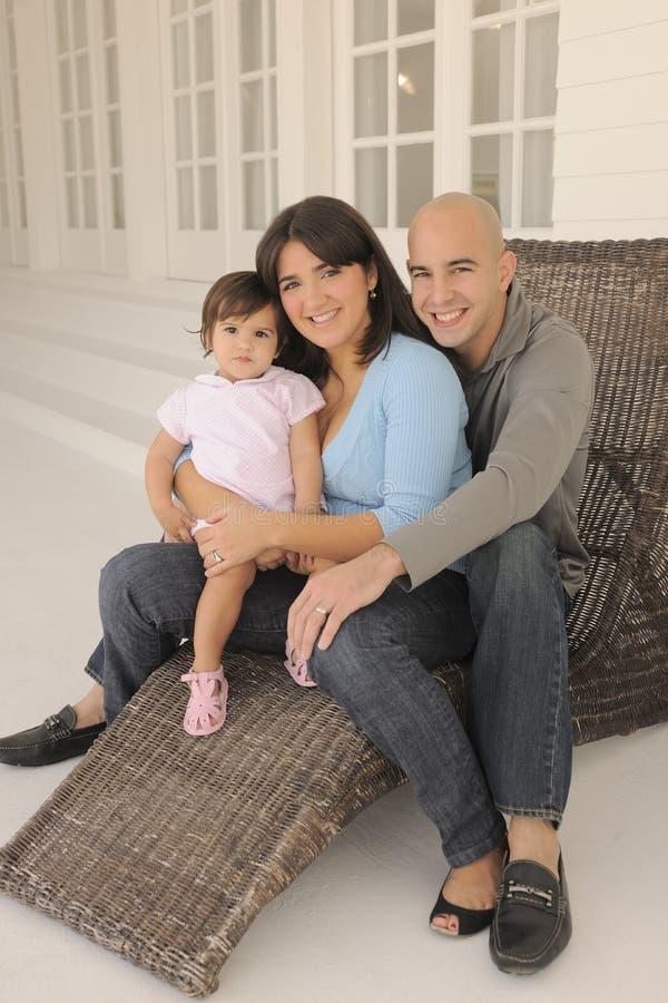 Família que senta-se em Poarch fotos de stock royalty free