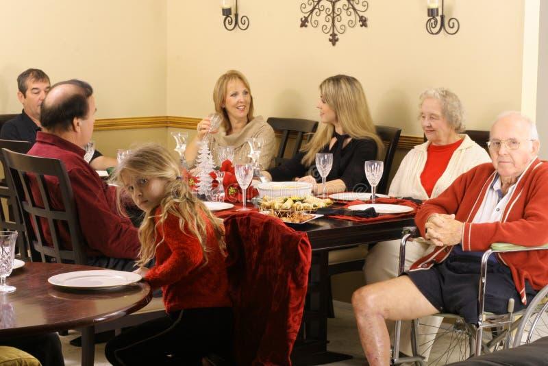 Família que senta-se em torno da tabela de jantar fotos de stock
