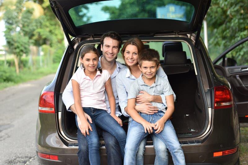 Família que senta-se no tronco de carro pronto para ir fotos de stock royalty free