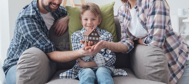 Família que sonha uma casa nova imagem de stock royalty free