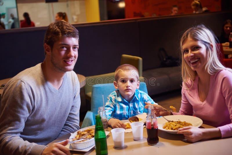 Família que tem o almoço no shopping imagens de stock royalty free