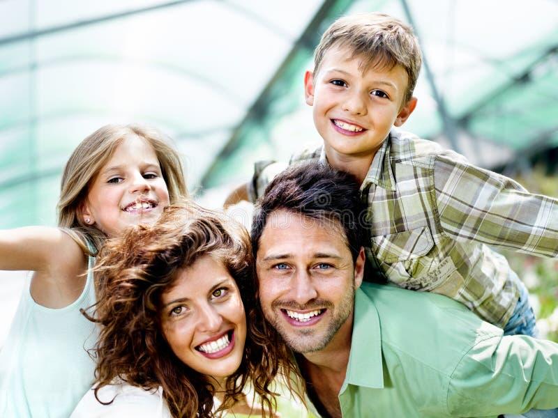 Família que tem o divertimento em uma estufa foto de stock royalty free