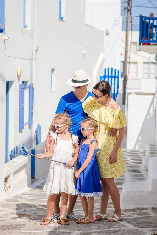 Família que tem o divertimento fora em ruas de Mykonos imagens de stock