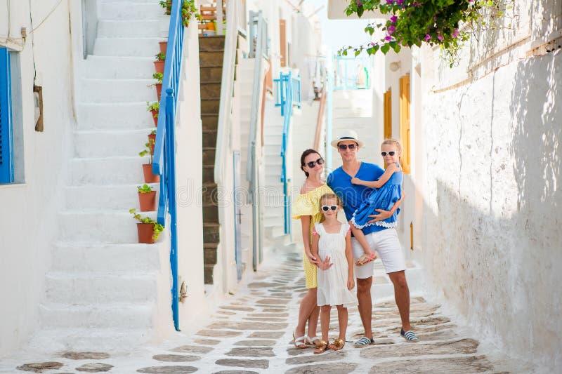 Família que tem o divertimento fora em ruas de Mykonos foto de stock