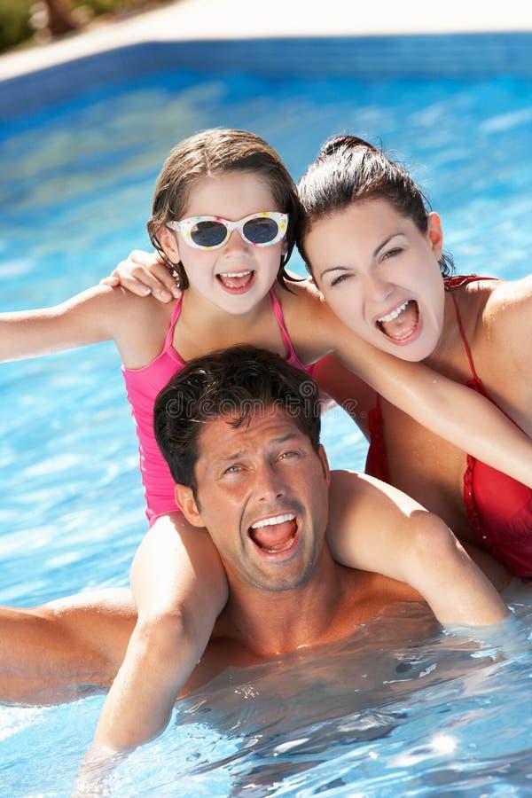 Família que tem o divertimento na piscina fotografia de stock royalty free
