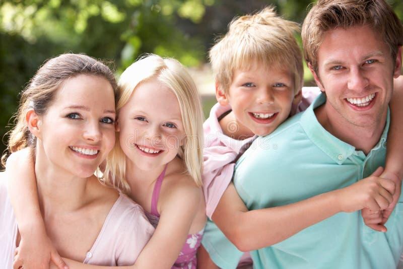Família que tem o divertimento no campo junto foto de stock royalty free