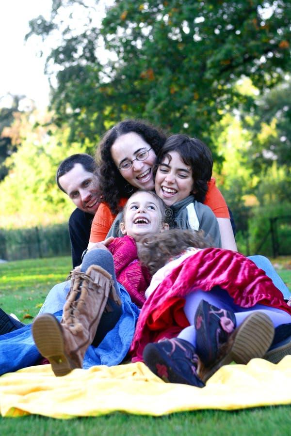 Família que tem o divertimento no parque. foto de stock royalty free