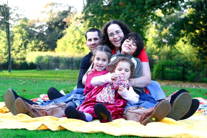 Família que tem o divertimento no parque. foto de stock