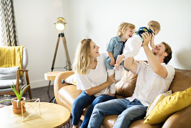 Família que tem o divertimento no sofá fotos de stock royalty free