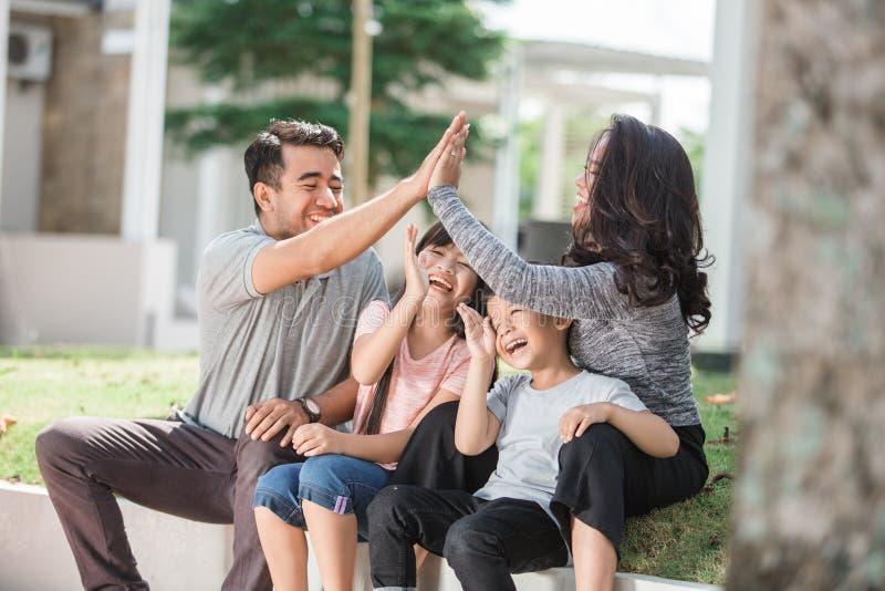 Família que tem o tempo da qualidade junto exterior fotografia de stock