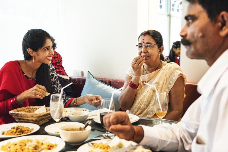 Família que tem a refeição indiana do alimento fotos de stock