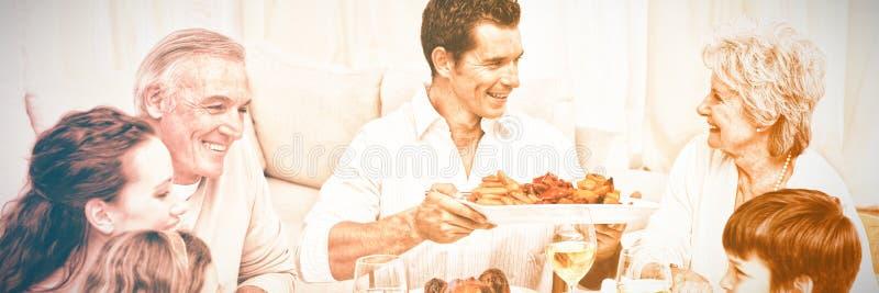 Família que tem um jantar grande em casa imagens de stock royalty free
