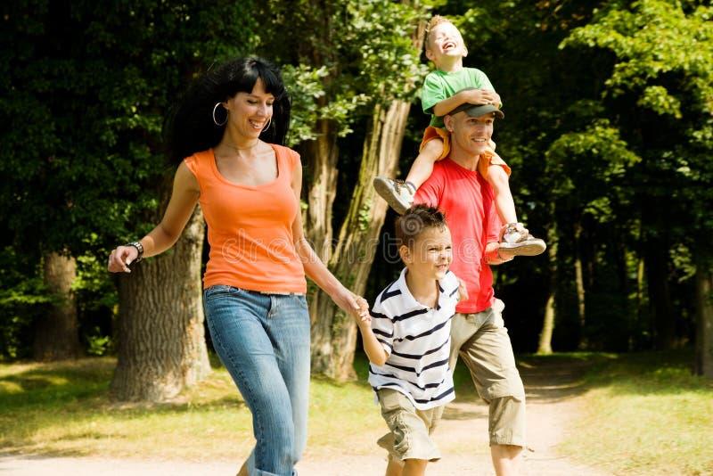 Família que tem uma caminhada imagens de stock royalty free