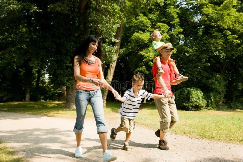 Família que tem uma caminhada fotografia de stock