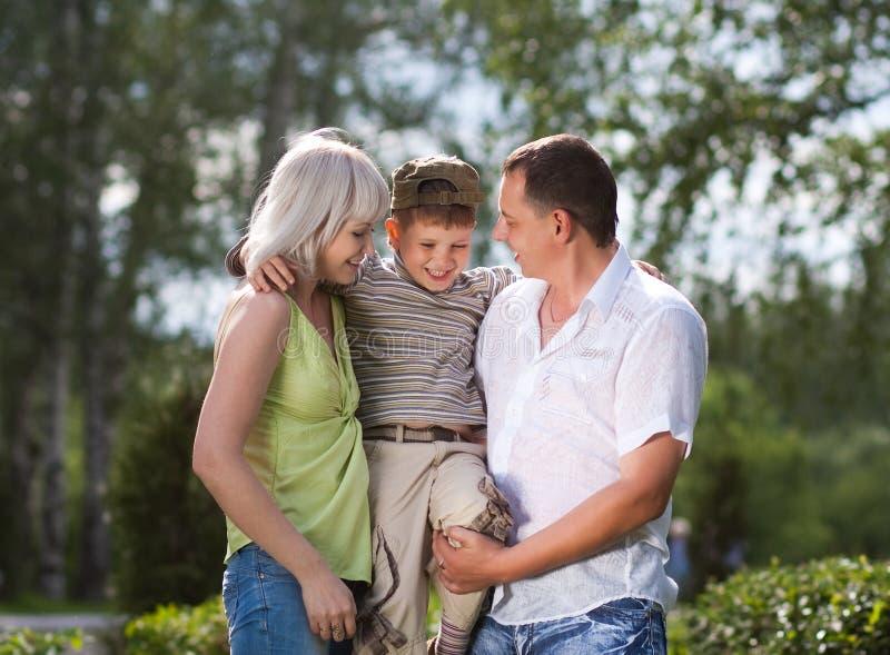 Família que tem uma caminhada ao ar livre imagem de stock royalty free