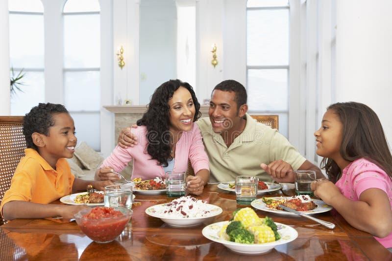 Família que tem uma refeição em casa fotos de stock royalty free