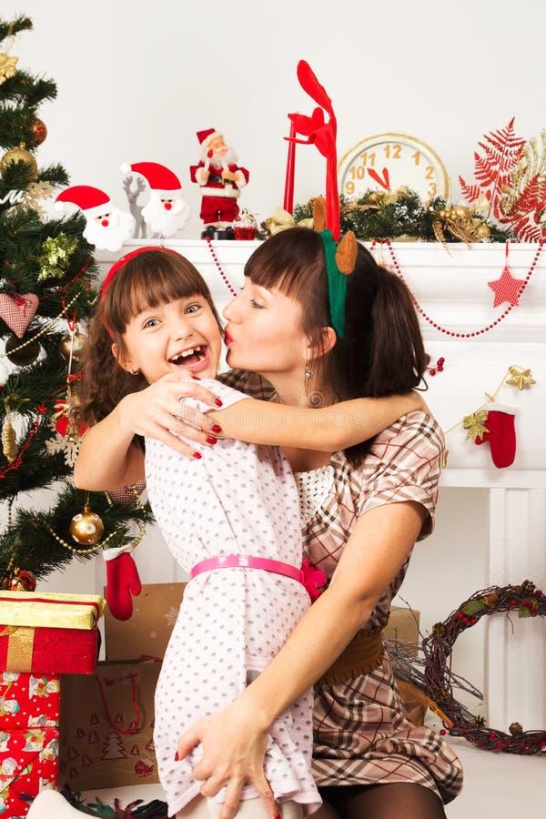 Família que troca presentes no Natal fotos de stock