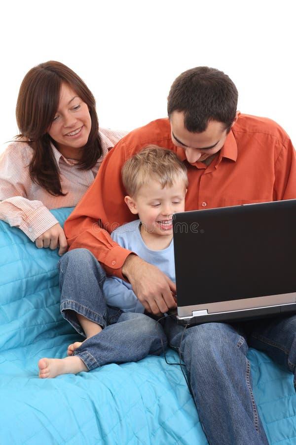 Família que usa o portátil imagens de stock