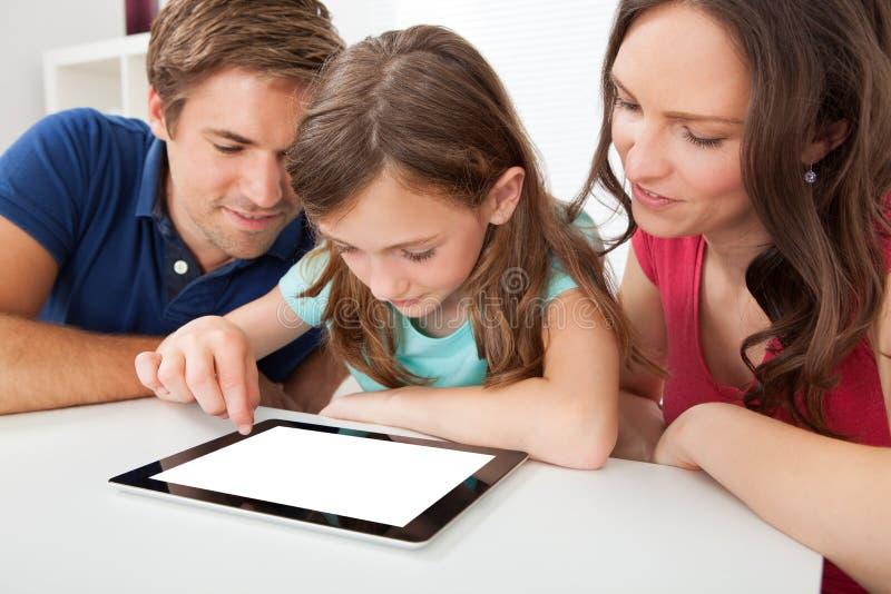 Família que usa a tabuleta digital com tela vazia imagem de stock